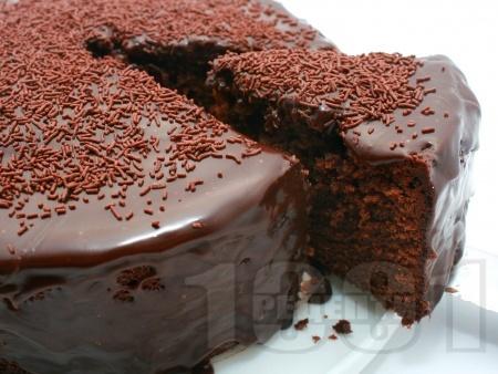 Шоколадова сиропирана торта с глазура - снимка на рецептата